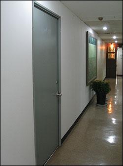 """12일 대명기업 직원들이 이시형씨의 사무실이라고 말한 5층 사무실은 문이 굳게 닫혀있었다. 또한 문에는 어떠한 팻말도 붙어있지 않았다. 사무실 옆 변호사 사무소 직원들은 """"그쪽에 사람이 드나드는 걸 본 적이 없다""""고 밝혔다."""