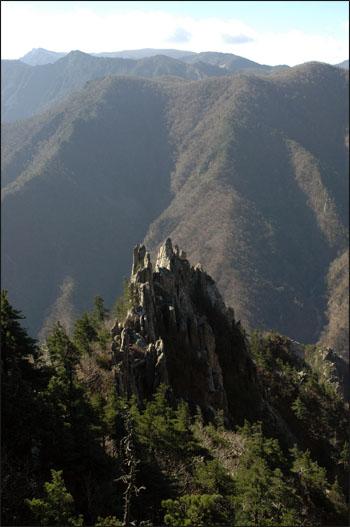금강의 기암 저 멀리 금강산의 최고봉인 비로봉이 보인다.
