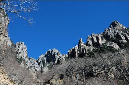만물상 천의 얼굴 만의 형상을 하고 있는 만물상은 드없이 높은 푸른 하늘을 향해 있다.