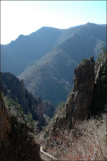 칠층암 높이 30미터가 넘는 거대한 바위로, 일곱개의 큰 바위가 층층히 쌓여 있는 모습을 하고 있다고 하여 붙여진 이름이다.