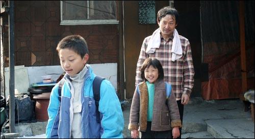 검은 땅의 소녀와 장애를 가진 오빠와 아픈 아빠, 그 사이에서 엄마 역할까지 해야 하는 영림이지만 밝고 꿋꿋하다. 가족은 그렇게 영림이의 맑은 기운으로 단란하다.