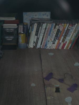 """언제 철거가 될지 모르는 집이기에 중요한 물건들은 방 안에 둘 수 없다. 학용품 등을 빼앗겨 본 경험이 있는 재형이는 """"읽고난 책은 차에 가져다 둔다""""고 했다. 집 앞에 서 있는 봉고차 안의 풍경."""
