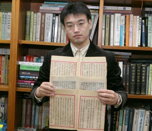 발굴한 구한말 김만수 주불공사의 일기를 소개하고 있는 양지욱 연구원.