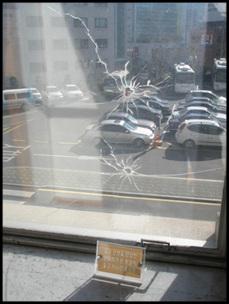 김구를 통과한 총알이 박힌 곳. 2005년 복원했다.