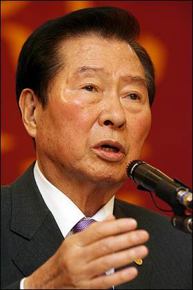 김대중 전 대통령이 22일 오후 여의도에서 창작인포럼 주최로 열린 '잃어버린 50년 되찾은 10년' 행사에서 강연하고 있다.