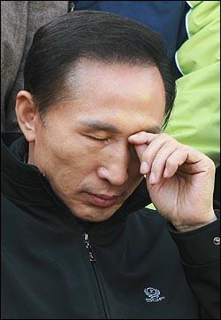 24일 오후 여의도 문화마당에서 열린 한국노총 전국노동자대회에 참석한 이명박 한나라당 후보가 피곤한 듯 눈을 만지고 있다.