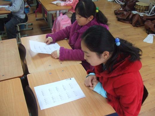 한문교육재료를 유심히 보고 있는 한 학생