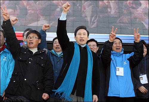 이명박 한나라당 대선후보가 27일 오전 서울역광장 유세에서 지지자들과 함께 구호를 외치고 있다.