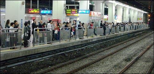 용산역 2번 플랫폼에서 기다리는 수많은 사람들 용산역 3번 플랫폼에서 미리 열차에 승차하는 '얌체 승객'보다 용산역 2번 플랫폼에서 대기하였다가 승차하는 다수의 일반 승객들이 '얌체 승객'에게 피해를 보지 않도록 확실한 해결책이 마련되어야 할 것이다.