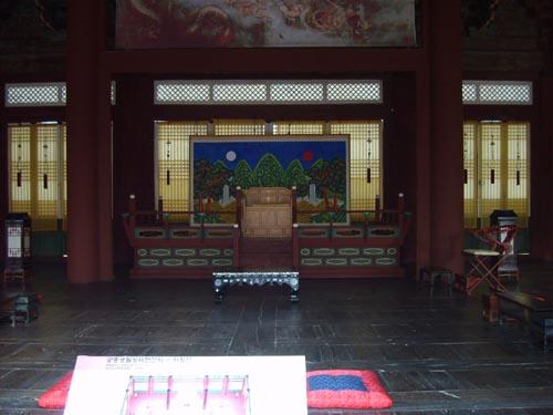 경복궁 사정전에 있는 조선 군주의 보좌. 일본 정부에서는 이 보좌의 주인을 '황제 폐하'라고 불렀다.