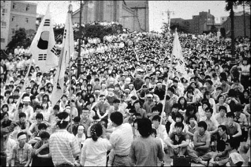 6월 항쟁 당시 명동성당 6월항쟁은 고등학생들의 의식에도 많은 영향을 끼친다. 그들은 6월 항쟁의 거리시위에 적극 동참하며 민주주의에 대한 의식을 깨우쳐 간다.