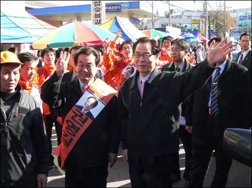 권영길 민주노동당 후보가 30일 대전을 방문, 금요장터를 돌며 지지를 호소하고 있다.