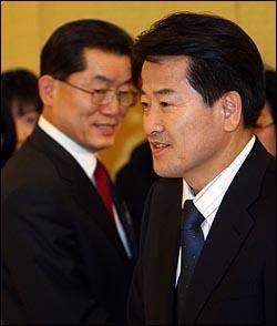 정동영 대통합민주신당 대선후보(오른쪽)와 문국현 창조한국당 대선후보가 4일 여의도 63빌딩에서 열린 김대중 전 대통령 노벨평화상 수상 7주년 기념 '버마 민주화의 밤' 행사에 참석하고 있다.