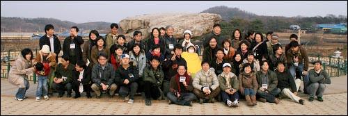한일 시민 친구만들기 행사에 참여한 한일시민기자들. 가운데 노란색 담요로 감싸고 있는 사람이 아오야기 시게오씨.