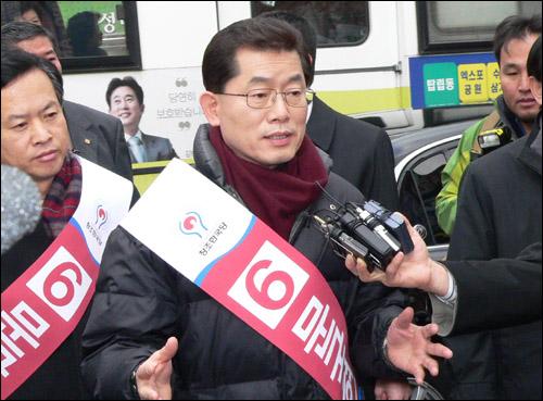 대전을 방문한 문국현 후보가 중앙시장 입구에서 후보단일화와 관련한 자신의 입장을 밝히고 있다.