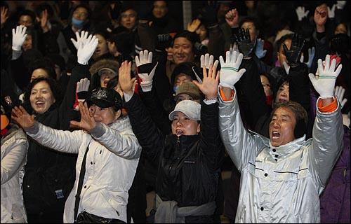 7일 정동 성공회 대성당 앞에서 열린 부패세력 집권 저지와 민주대연합을 위한 비상시국 국민대회에 참가한 시민들이 구호를 외치고 있다.