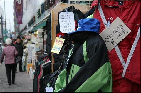 동대문 지역, 헌책방과 의류, 가방, 스포츠 용품 업계는 존폐의 기로에 섰다.