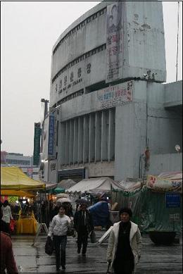 동대문 운동장 공원화 사업으로 철거위기에 놓인 동대문 운동장