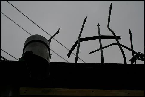 광희동 2가 골목길, 한 주택이 담위에는 부러진 쇠창살이 흉뮬스러게 서 있었다.