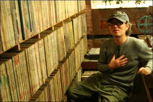 '커피안' 주인장 강동원씨가 자신의 DJ부스안에서 'DJ 바리스타'가 되기까지의 사연을 이야기하고 있다.