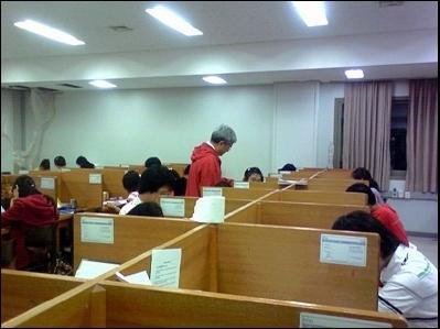 기말시험 준비에 분주한 학생들 아너코드를 지키기 위해 학생들이 각자 시험공부에 몰두하고 있다. 김영길 총장이 직접 학생들을 배려하는 모습이 눈에 띈다