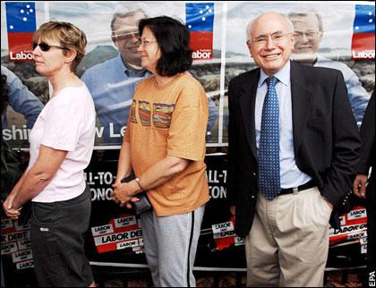 """투표에 참여하는 호주인들 호주는 투표에 불참을 하면 벌금을 내는 """"의무투표제""""를 실시하고 있어 투표율이 95%의 높은 수준을 유지하고 있다."""