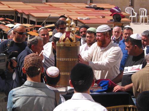 유대인의 성년식 소년은 토라를 앞에 두고 기도를 하고 있다. (예루살렘, 통곡의 벽에서)