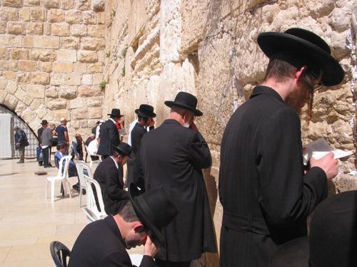'통곡의 벽' 앞에서 기도하는 유대인들 로마시대에 예루살렘 성은 파괴되고 유대인들은 추방되었을 때, 그들은 1년에 한 번 유월절에만 '통곡의 벽'에 와서 기도할 수 있었다.
