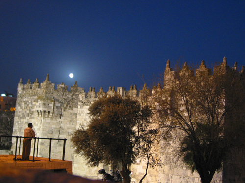 평화와 기다림 다마스커스 문 위로 떠오른 보름달