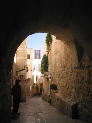 예루살렘 성의 골목길 유대인, 기독교인, 모슬렘, 아르마니아인의 네 구역으로 나누어진 성안은 미로 같은 골목길들로 서로 연결되어 있다.