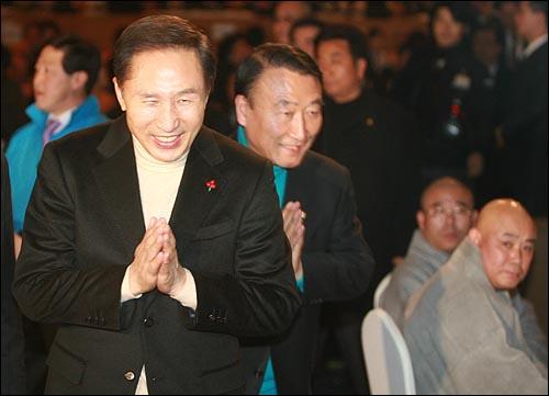 이명박 한나라당 대선후보가 13일 오후 부산 서면 롯데호텔에서 열린 불교지도자대회 행사장에 입장하면서 합장으로 인사를 하고 있다.