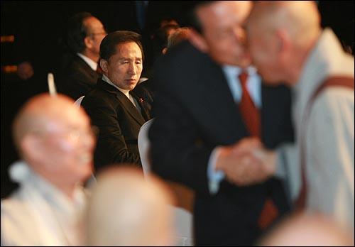 이명박 한나라당 대선후보가 13일 오후 부산 서면 롯데호텔에서 열린 불교지도자대회에서 참석하고 있다.