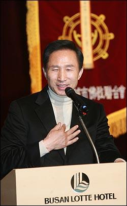 이명박 한나라당 대선후보가 13일 오후 부산 서면 롯데호텔에서 열린 불교지도자대회에서 인사말을 하고 있다.