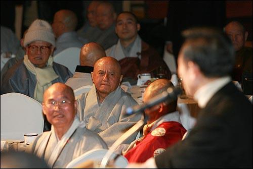 13일 오후 부산 서면 롯데호텔에서 열린 불교지도자대회에 참석한 스님들이 이명박 한나라당 대선후보의 종교관련 물의 발언에 대한 해명을 듣고 있다.