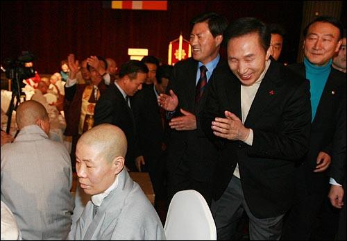 이명박 한나라당 대선후보가 13일 오후 부산 서면 롯데호텔에서 열린 불교지도자대회에서 인사말을 마친 뒤 스님들에게 합장을 하며 행사장을 나서고 있다.