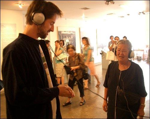 조수아는 2002년부터 경기도 광주에 있는 나눔의 집에서 3년간 할머니들과 같이 살면서, 할머니들이 평소 부르는 노래들을 일일이 녹음했다. 그렇게 기록에 남긴 것이 500곡이 넘는다.