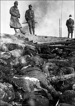 학살한 시체를 불에 태워 소각하는 일본군 병사들. 이 사진은 난징대학살에 참가한 한 일본군 병사가 찍은 것이다.