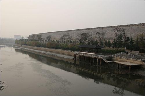 난징성은 시안(西安)성과 더불어 중국 대도시에 유일하게 남은 고성이다. 난징수비대는 도시 밖 전술 요충지를 포기한 채 난징성 안에 머무는 옹성전략을 고집하는 실책을 범했다.