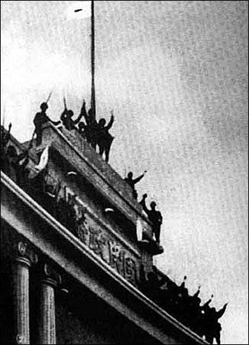 난징을 점령한 뒤 국민당 정부 청사 위에 올라 일장기를 꽂으며 환호하는 일본군 병사들.