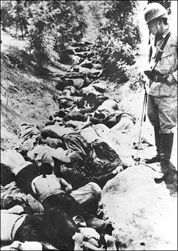 중화문 밖에서 집단 학살된 중국인들의 시체. 일본군은 난징 점령 전 치밀한 학살계획을 수립, 실행에 옮겼다.