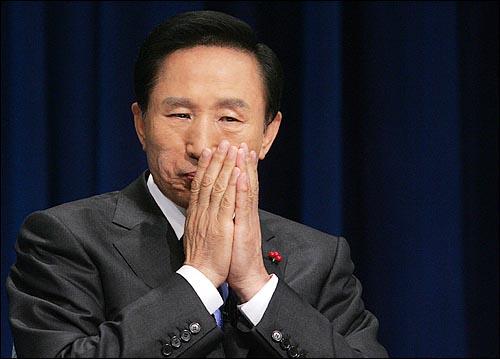 이명박 한나라당 대선후보가 16일 저녁 여의도 문화방송에서 열리는 제17대 대통령선거 후보자 합동 토론회에 참석하고 있다.