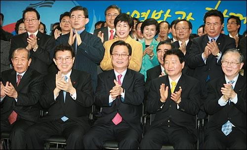 한나라당 강재섭 대표, 안상수 원내대표를 비롯한 의원과 당직자들이 19일 오후 6시 서울 여의도 당사 개표상황실에서 제17대 대통령 선거 출구조사 결과 이명박 후보의 당선이 확실한 것으로 방송사들이 발표하자 박수를 치며 기뻐하고 있다.