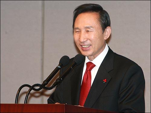 이명박 대통령 당선자가 20일 오전 서울 태평로 한국프레스센터 국제회의장에서 첫 기자회견을 열었다.