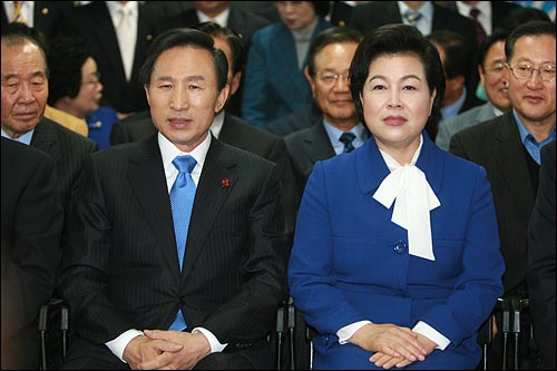 제17대 대통령 선거에서 당선된 이명박 후보가 19일 저녁 여의도 한나라당 개표상황실에서 부인 김윤옥씨와 함께 개표방송을 지켜보고 있다.