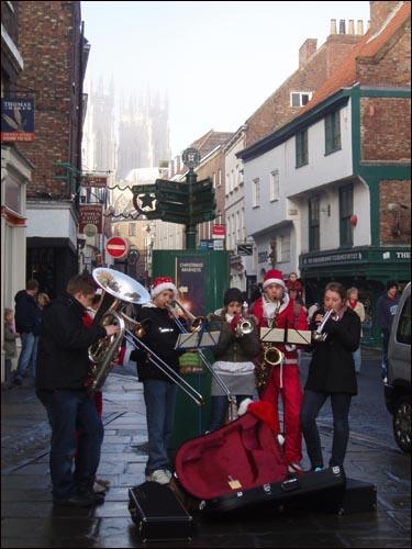 요크 시내의 한 거리에서 연주나 율동을 하면서 크리스마스를 축하하는 사람들.