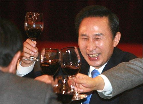 이명박 대통령 당선자가 27일 낮 서울 여의도 63빌딩에서 열린 한나라당 의원·당협위원장 연석회의에서 참석자들과 건배를 하고 있다.