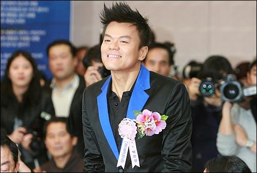 가수 박진영씨가 27일 오후 여의도 63빌딩에서 열린 제7회 자랑스런한국인대상(한국언론인연합회 선정) 시상식에서 인사를 하고 있다.