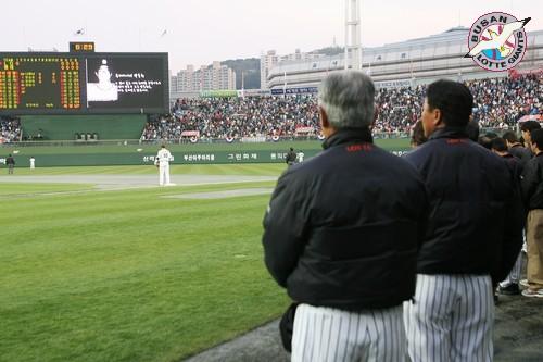 추모식 2007년 4월 10일, 사직 홈개막전을 앞두고 박동희 선수를 추모하고 있는 자이언츠 선수단과 부산 팬들