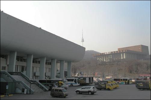 장충동은 유명 건축물 전시장이다. 앞에 보이는 건물이 대한민국 건축 1세대로 불리는 김수근이 설계한 자유센터. 공산주의에 대항해 '자유'의 위대함을 전파하기 위해 만든 건물이다. 건너 보이는 건물은 국립극장이다. 1974년 8월 15일 육영수 여사가 이 곳에서 저격당했다.