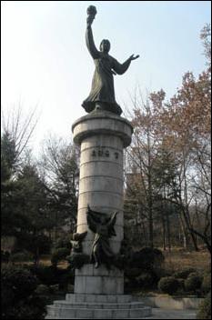 장충단공원 안에 있는 유관순상. 장충단공원 안에는 헤이그특사로 유명한 이준 열사를 비롯, 구한 말 목숨을 내던진 이한응 열사, 사명대사 등 수많은 인물의 동상이 있다.